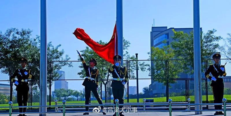 太原理工大学现代科技学院2019级新生军训汇报表演在吕梁孝义校区风雨