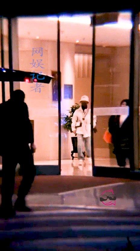 小猴紫凌晨宜昌飞回京,爱上你就像牛奶和面包@杨紫