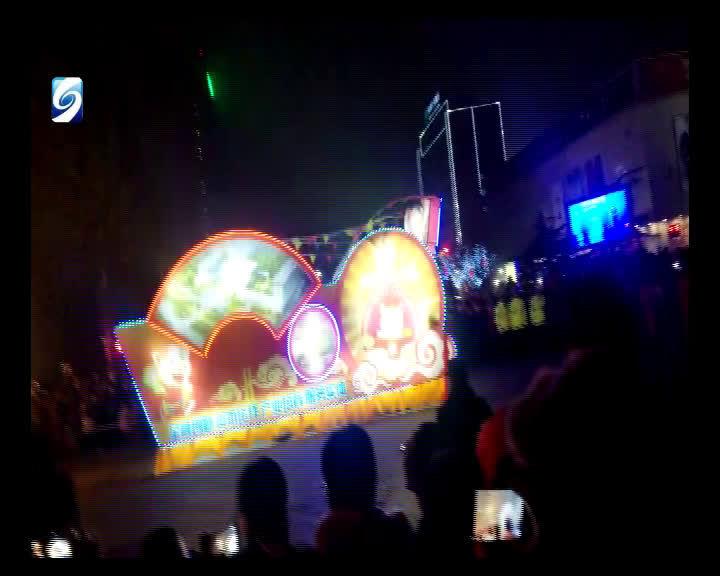 19:10,花灯巡游队伍已到达寿光市中百大厦路口,现场一片热闹非凡