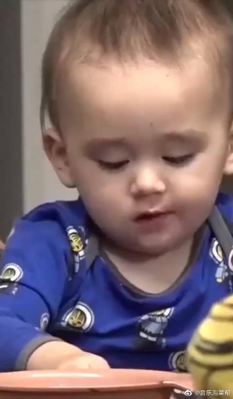 本本吃到肉秒变表情包,哥哥在旁疯狂投食