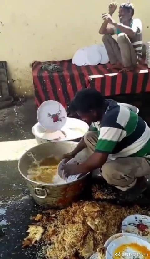 不愧是开了挂的民族,另类的刷碗方式,不可思议啊!