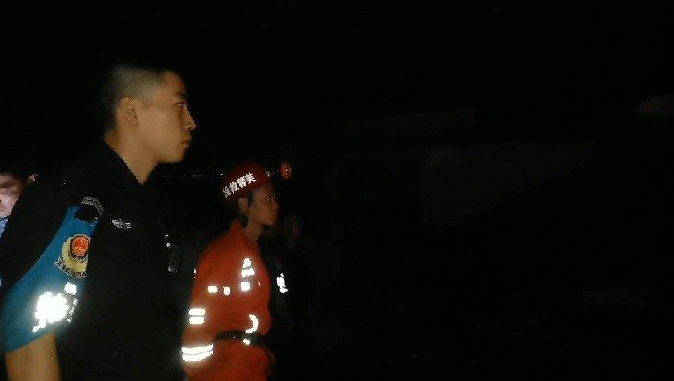 2:10 分,国网宜宾供电公司工人正在安置发电照明设备
