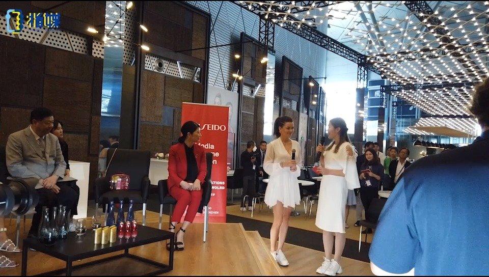 倒数第二日,拉德万斯卡出席媒体欢迎会,一袭白裙