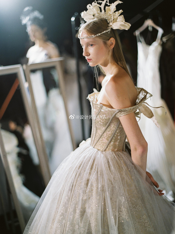 我喜欢设计有结构感和骨架的婚纱