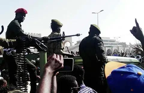苏丹军方终于动手,出动军队清洗喀土穆街头的抗议者