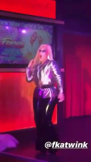 变装皇后Fka Twink在俱乐部上表演了Lady Gaga新单