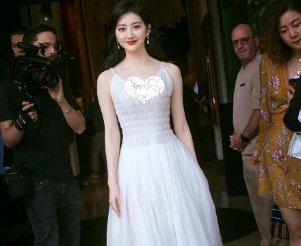 景甜身着白裙亮相戛纳电影节,化身红毯仙女,清纯灵动生图超能打