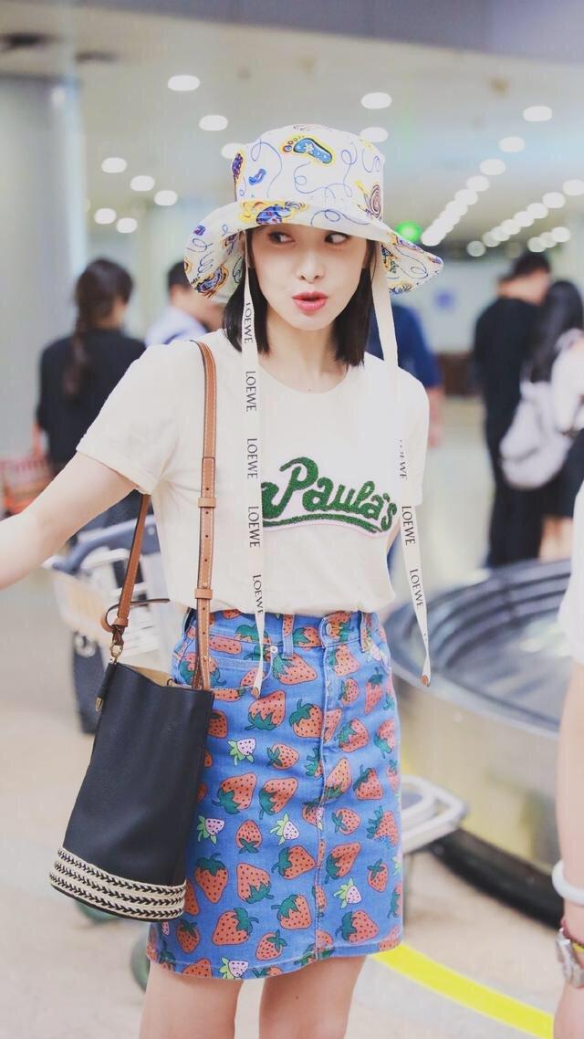 宋茜最新机场照曝光,草莓裙超甜超可爱,表情搞怪化身小甜豆。