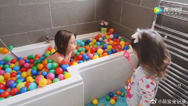 熊孩子用魔法棒把水变成了小皮球,真是个调皮的小家伙!!!哈哈哈