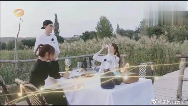 张翰精心为客人准备了栈道烛光晚餐,还兼职摄影师给客人拍照