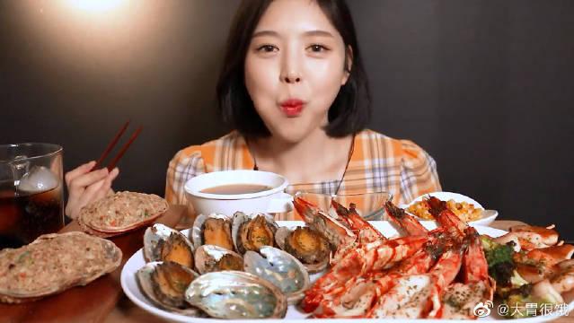 小姐姐吃海鲜,里面有大虾和鲍鱼!味道鲜美极了!