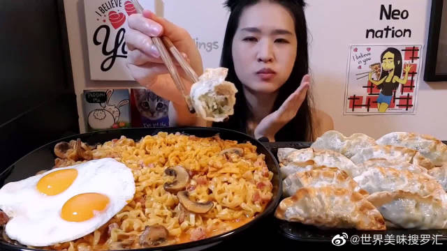大胃王美食吃播,外国妹子吃蘑菇肉沫拉面煎饺