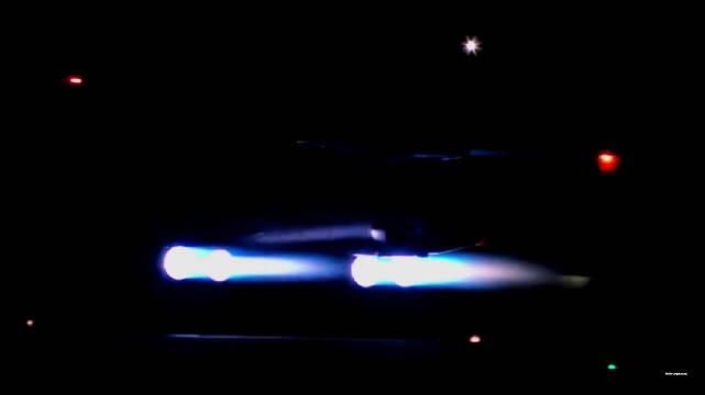 B1B战略轰炸机夜间起降训练 四台F101-GE-102涡扇发动机喷出四道蓝火