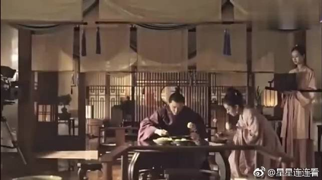赵丽颖偷吃了片场道具,与一旁的冯绍峰对视,冯绍峰满脸宠溺