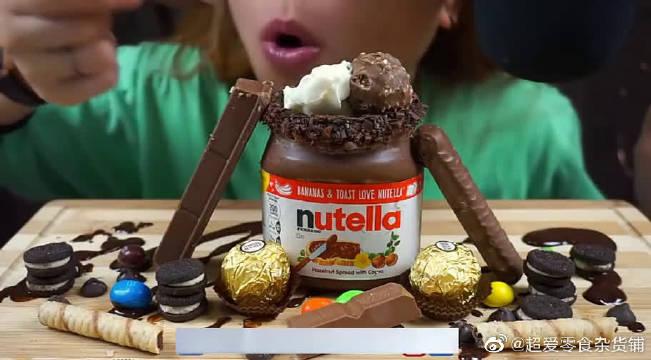 小哥吃巧克力蛋卷、奥利奥、巧克力威化饼!感觉吃完都要发胖了!