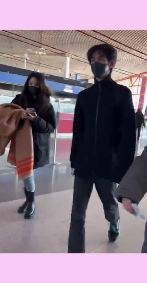 机场偶遇宋威龙,瘦瘦高高的龙龙正在向我走来,这颜值真的是帅