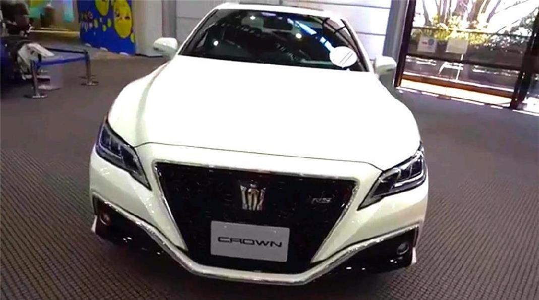 视频:谁说丰田2018款皇冠在国内已经停售?随我们镜头走进经销店实拍