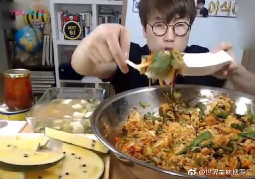 大胃王小哥吃一大盘肉青菜拌饭和西瓜,够我家10人饭量了