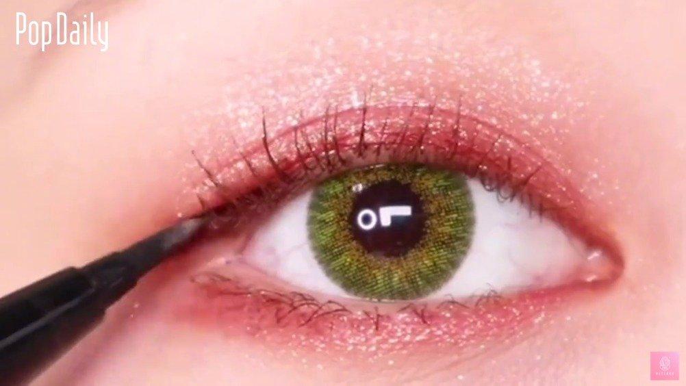今年流行眼尾+眼头画法的3/4眼线,大家可以尝试在眼线前