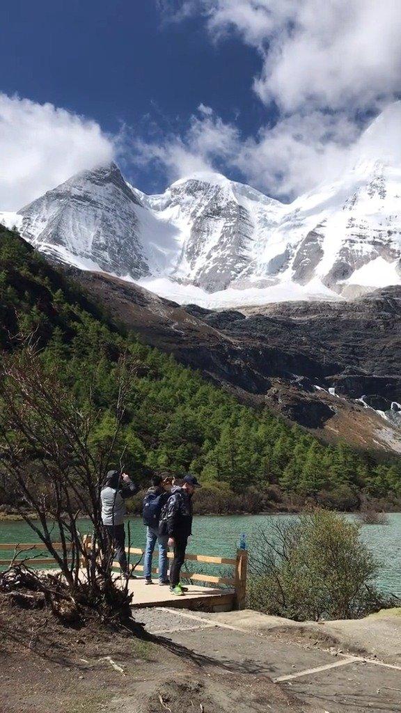 稻城亚丁自然优美的雪山