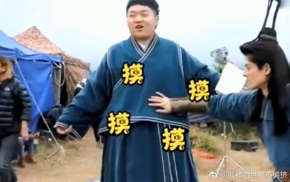《将夜》花絮片场惊现最萌身高差陈皮皮竟然也有腹肌啊