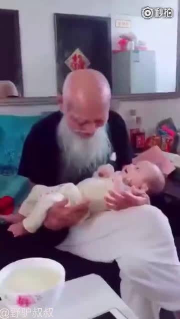 103岁的爷爷开心的抱着小玄孙,世纪的跨越 祖孙的交流