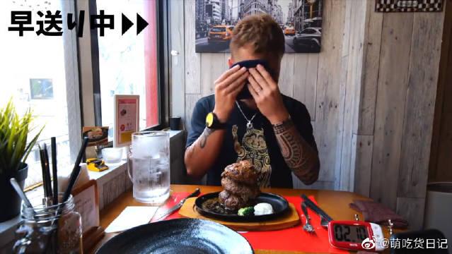 新井熊小哥挑战吃超多的煎汉堡肉排配酱料,喝爽口的冰水