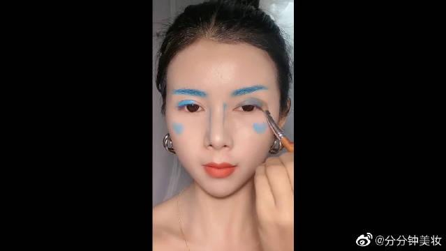 小姐姐挑战一支蓝色口红画整个妆容,这妆画的简直一言难尽