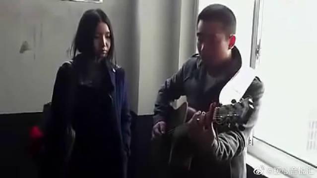 17岁高中女生楼道翻唱《因为爱情》,被称楼道王菲一夜爆红