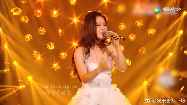 袁娅维穿婚纱唱到跪地,《不亏不欠》听哭了