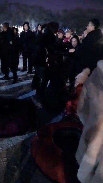 网友爆料:就因为玩雪就呜呜渣渣的,昨晚南湖公园夜场,