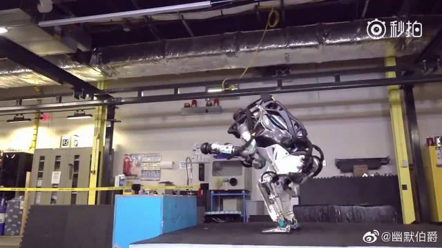 波士顿动力公司发布的机器人Atlas Robot,会各种跳跃