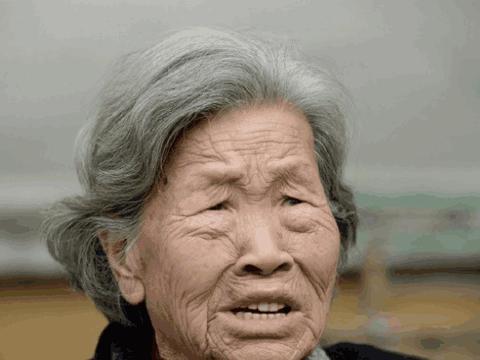 """80岁老婆婆靠捡破烂供孙子上大学, 不料白眼狼竟这样""""回报"""""""