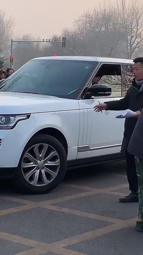 王俊凯自己开车参加春晚彩排 藤原豆腐店营业了,好酷!彩排顺利