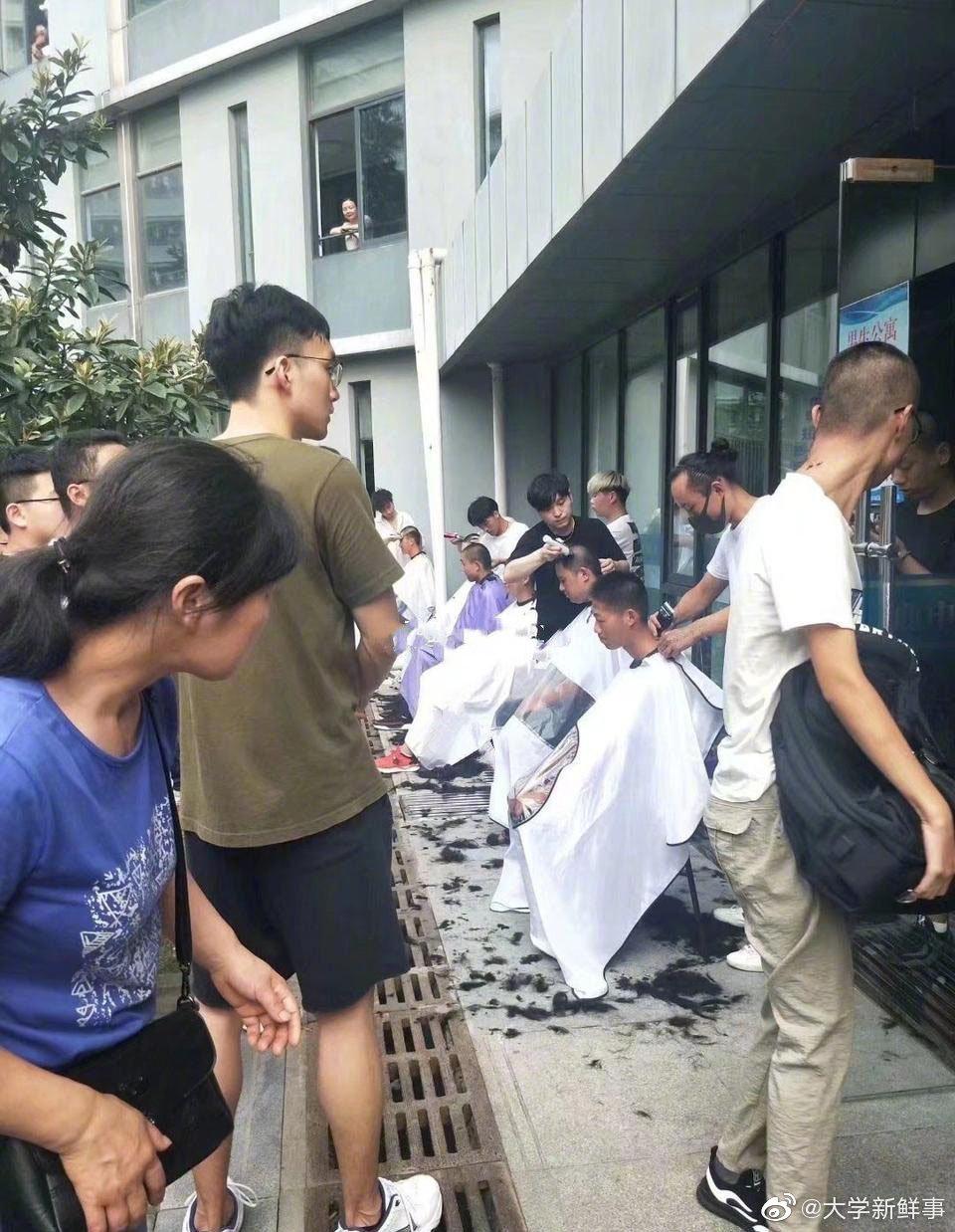 南京理工大学军训,学校统一安排剃小平头,30秒剃一个,3元钱