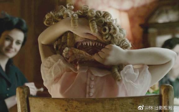 《佩小姐的奇幻城堡》女孩后脑勺长着一张嘴,想吃饭的时候