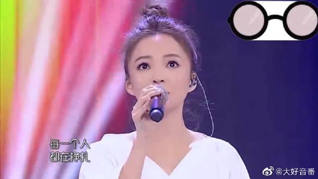 张韶涵和小小兔合唱《不害怕》,声音一出就惊吓到观众起立欢呼