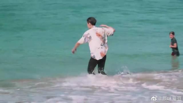 精致boy人设崩塌,王子异海边玩嗨皮中带浪