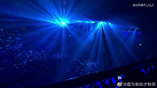 许嵩演唱会上海站《梧桐灯》,现场超稳,心疼回忆杀啊!