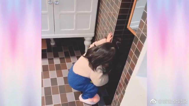 小宝宝刷牙都刷出仪式感来了,是不是觉得镜子中的自己太可爱了呀!
