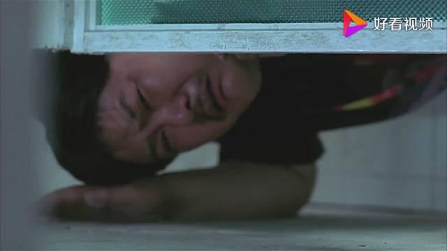 美女刚进厕所,以为胖子趴在地上偷看,不料他被门压死了。