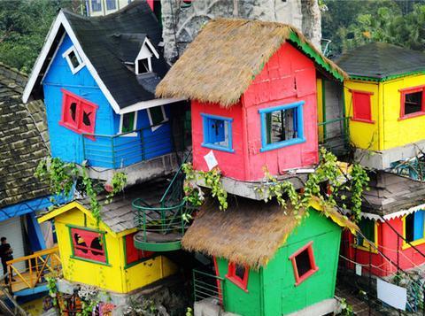重庆最有个性的吊脚楼,9间彩色小城堡悬空挂树上,成网红景点