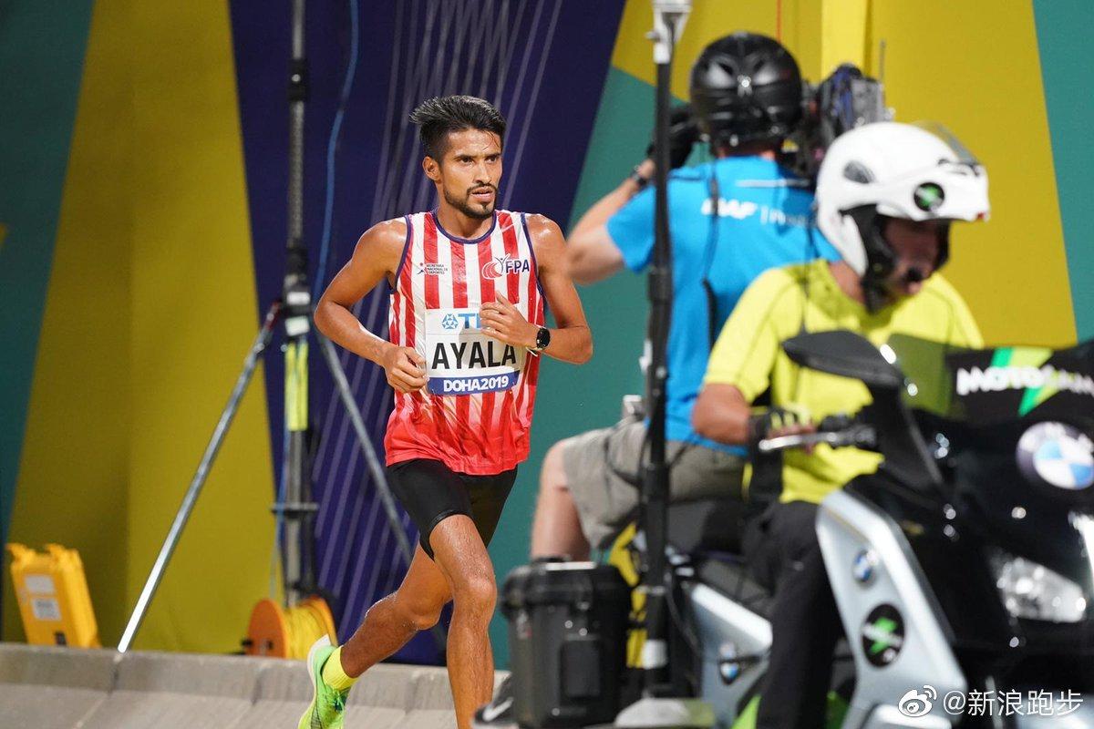 没想到啊,领跑的选手,巴拉圭的阿亚拉,他的PB是2小时10分27秒