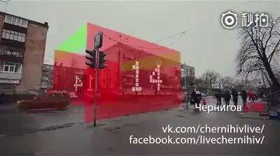 乌克兰街头的概念版增强现实红绿灯幕墙,再也不敢闯红灯了