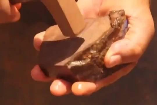 一块蛋白石(欧泊)惊艳的剖面~