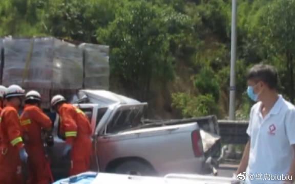 皮卡车直插入货车尾部,驾驶员被困,消防部门迅速组织了救援!