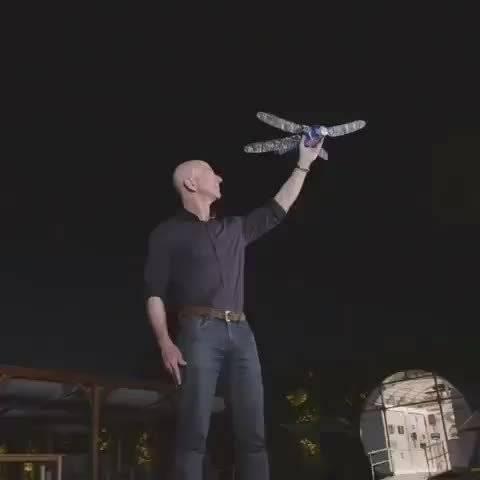 撒手飞!亚马逊首席执行官杰夫贝索斯放飞机器蜻蜓