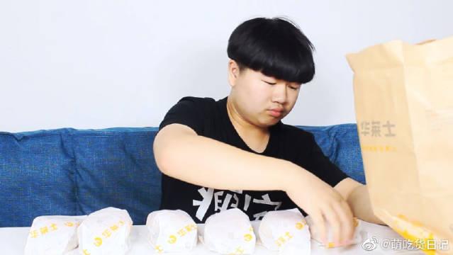 把华莱士全部口味的汉堡叠加起来会是什么味道?吃起来嘴巴都不够大