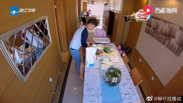 贾乃亮给甜馨包饺子,卖相不好甜馨却大口吃,也太给爸爸面子了!