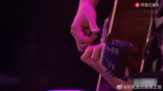 陈奕迅《喜帖街》,Eason唱这首歌才女卢凯彤在旁吉他伴奏